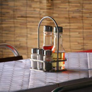 Drobné povrchové úpravy poškodeného nábytku zvládne aj ocot